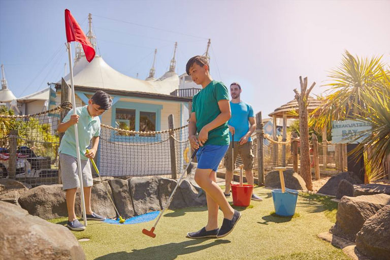 kids playing miniature golf at butlins